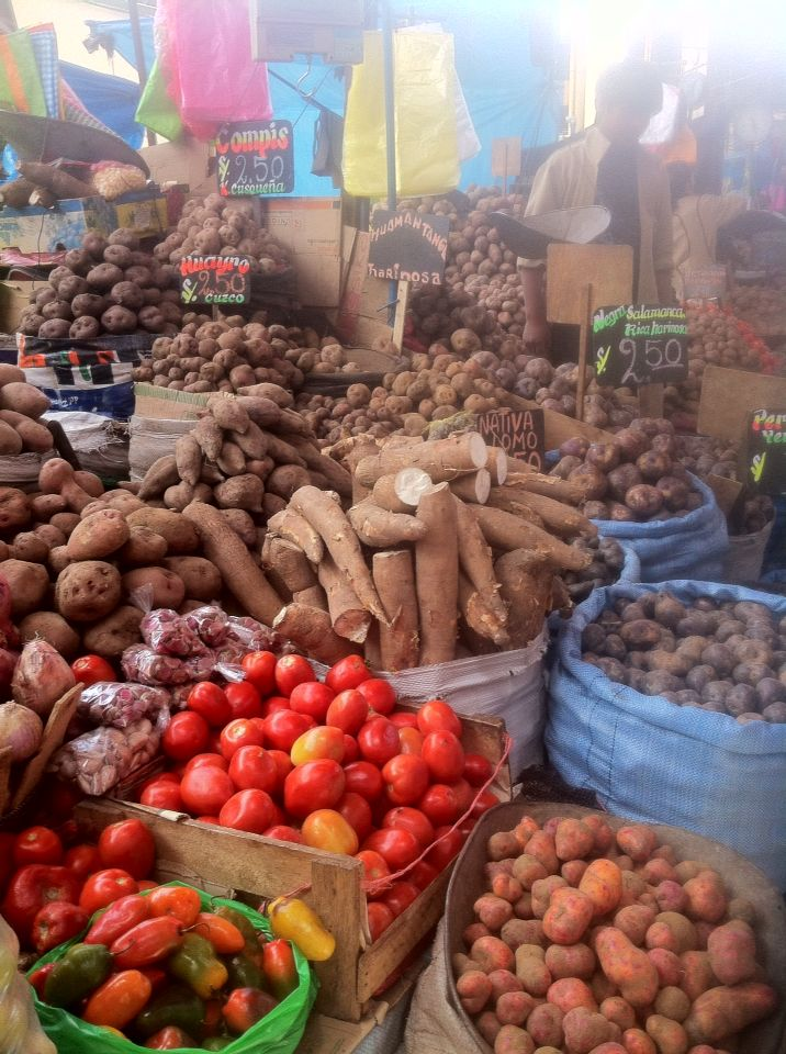 Yuca, ajíes y variedades de papas en el mercado de Arequipa.