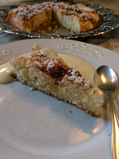 Scones kaka med äpplen och vaniljsås