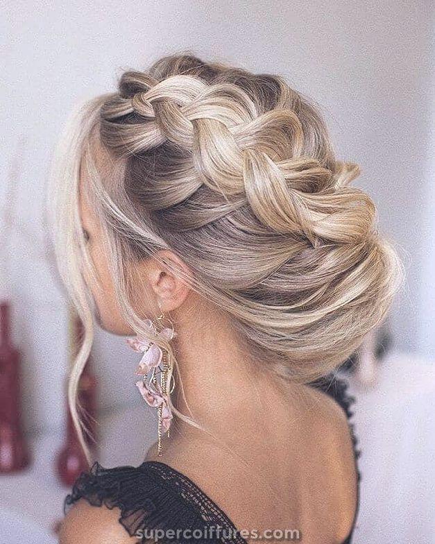 50 idées de coiffure de mariage modernes avec des tresses, des boucles et des dos impressionnants