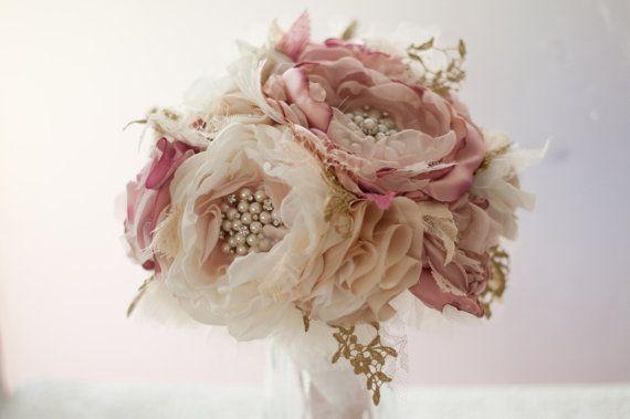 Dieser Stoff Blumengesteck für die Braut Brosche ist mit Strass und Perlen…