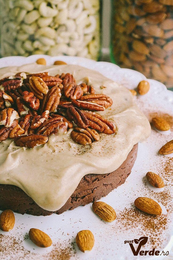 Gust Verde: RAW VEGAN: Tort de ciocolata cu nuci, migdale si caramel (fara zahar)