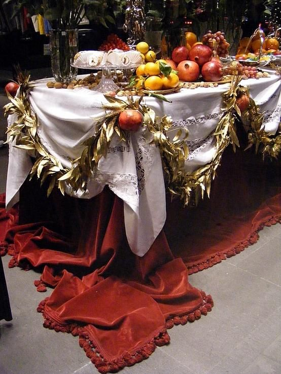 Gorgeous table. Do you know who would trip on that luscious velvet cloth? Yep, this girl.