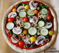 Вкусная вегетарианская пицца  Ингредиенты:  Тесто: 1,5 ст. пшеничной муки 1 ст. цельнозерновой пшеничной муки (мы рекомендуем использовать именно эту муку, но можно заменить и обычной) 1 ст. теплой воды (45°С) 1 ч.л. меда 1 1/4 ч.л. сухих активных дрожжей 3/4 ч.л. соли 1 ст.л. оливкового масла кукурузная мука или манка – для работы с тестом Соус: 1 маленькая луковица 2–3 зубчика чеснока 1 ст.л. оливкового масла 1 ч.л. сухого орегано 1 банка (500 г) томатов в собственном соку 1 ч.л. сахара…