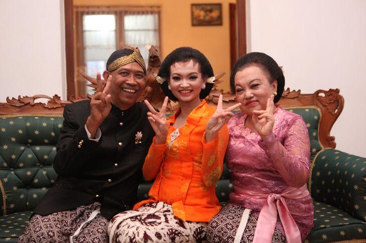 wear kebaya orange kutu baru.. nice ^-^