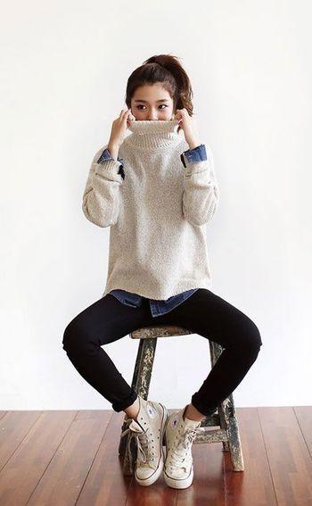 今年大流行したデニムシャツも、タートルネックとの相性は抜群! 粗目のタートルネックに裾からちらりとのぞくデニムがかわいいですね!