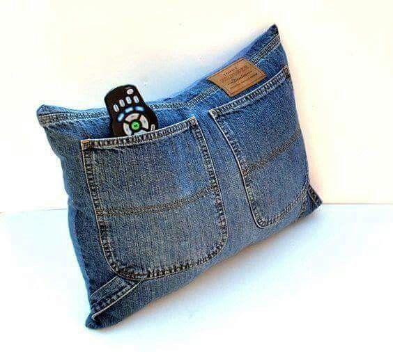 Jeans recycled into this Pillow with large Pockets    Jean/Mahón reciclado haciendo este Cojín con Bolsillos para la sala.