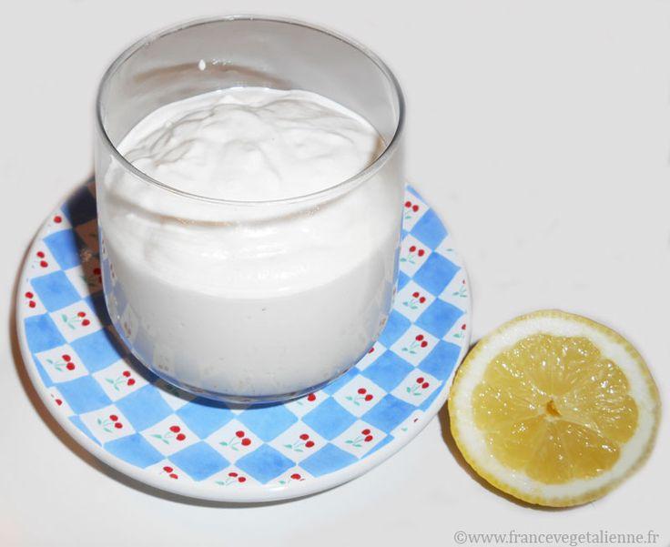 La crème fraîche végétale maison est diantrement meilleure que les crèmes  végétales du commerce qui ne possèdent pas ce crémeux et ce goût «lacté»  légèrement acide qui fait toute la différence!  Sa réalisation, simplissime, implique de disposer d'une bonne quantité de  noix de cajou natures et d'un mixeur ! Le reste: un peu d'eau, de vinaigre  de cidre, de citron, un peu de sel… Et vous obtenez cette mixture onctueuse  d'une blancheur immaculée qui ressemble à s'y méprendre à de la crème…