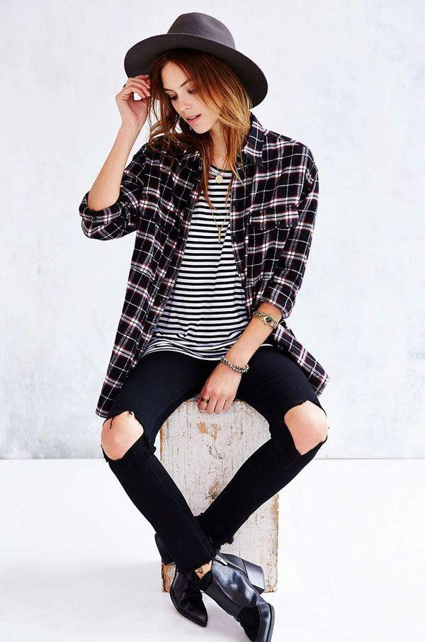 Calça jeans preta com rasgo no joelho + listra + xadrez.
