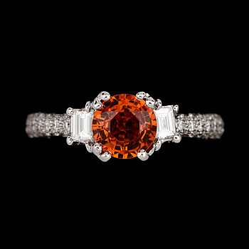 344517. RING, 18k vitguld med orange safir ca1,71ct o diamanter tot ca0,69ct. Vikt 4,5g. – Bukowskis Market
