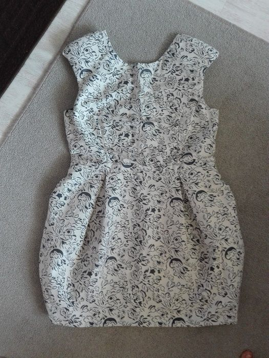 Biała sukienka w granatowe róże - vinted.pl