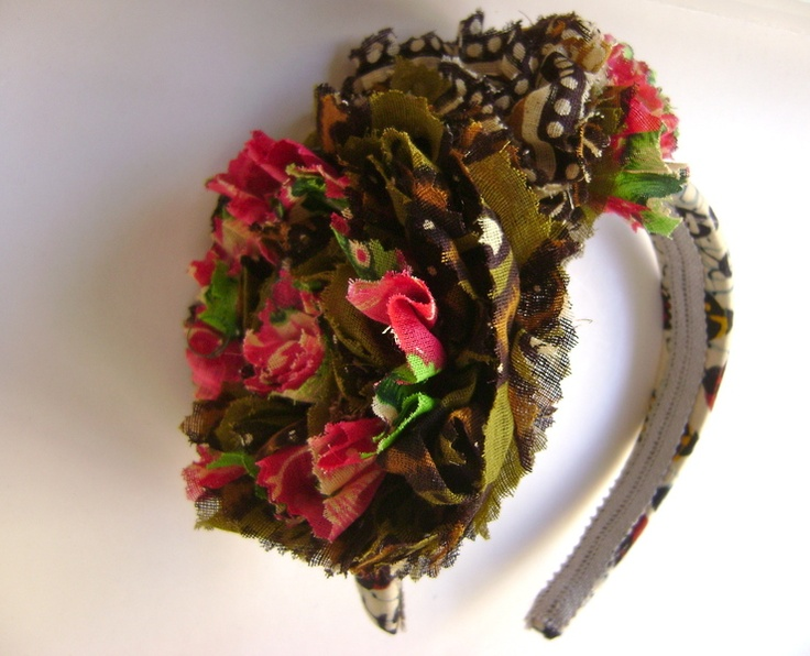 Serre-tête Grosses fleurs en tissu façon Frida Khalo (Source : Boutique alexandra-fa sur Dawanda : http://fr.dawanda.com/product/15927594-Fascinator-Fabric-Wachs-Weg-Frida-Kahlo-)