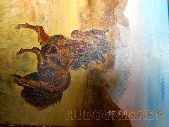 Осень в горах Скачущий конь на фоне кавказских гор осенью
