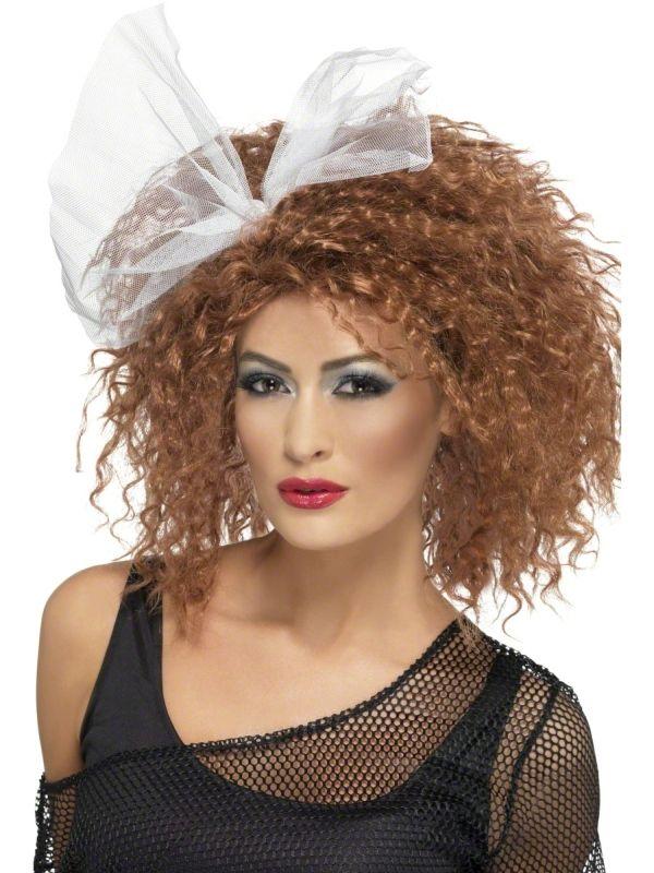 Burza włosów z kokardą, czyli peruka w stylu lat 80.