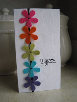 Leuk ! Kaartje met bloemetjes uit restjes vilt. Ook leuk om samen met kinderen te maken. Vervang de bloemen door vogeltjes of vlindertjes en je hebt een hele andere kaart. Vastzetten met dubbelzijdig plakfolie of een druppel transparante hobbylijm. Voor vilt kijk eens op http://www.bijviltenzo.nl