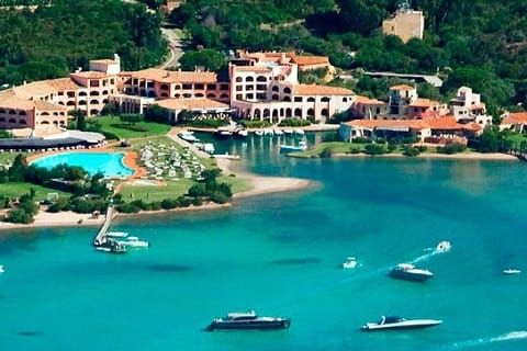 Costa Smeralda adalah daerah pesisir yg tujuan wisata favorit Italia. Dengan pasir pantai bewarna putih, lapngan golf, jet serta helikopter untuk layanan pribadi dan hotel-hotel eksklusif, Costa Smeralda telah menarik selebriti, pengusaha serta wisatawan lainnya untuk berkunjung.