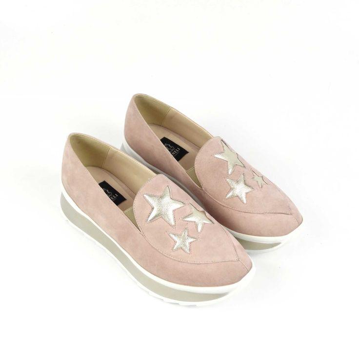 Pantofii de dama Mineli Starlightsunt realizați din piele întoarsă în cea mai cool nuanță a acestui sezon: rose quartz, și sunt stilizați cu steluțedin piele rose metalizat.