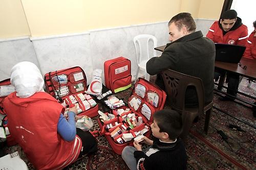 Visita di un punto di pronto soccorso clandestino, in una casa. Materiale sanitario di base, siringhe, soluzioni saline, compresse. [...] Il medico che se ne occupava, Abdur Rahim Amir, è stato ucciso ad al-Rastan due mesi fa. [...] Qui restano un medico e un infermiere. È l'unico centro in città. (photo: Homs branch of SARC)