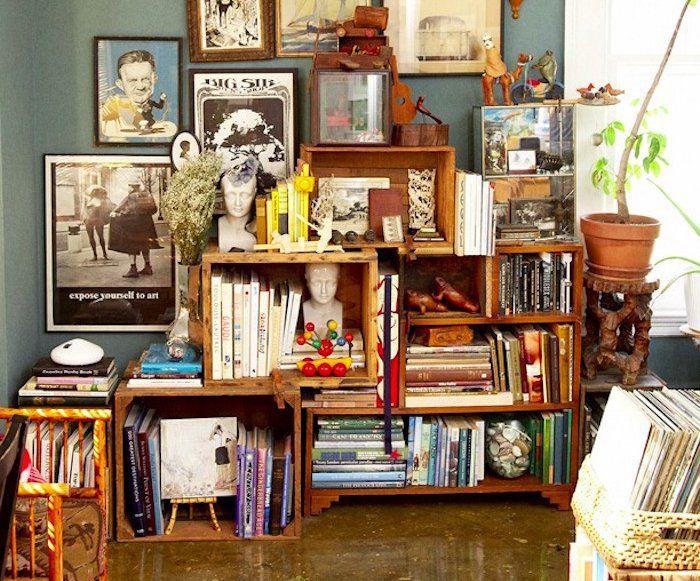 caisse en bois deco faire étagère avec vieilles caisses de vin caissettes de pommes cagettes anciennes idee deco bibliothèque diy pas chere rangement livres recyclé