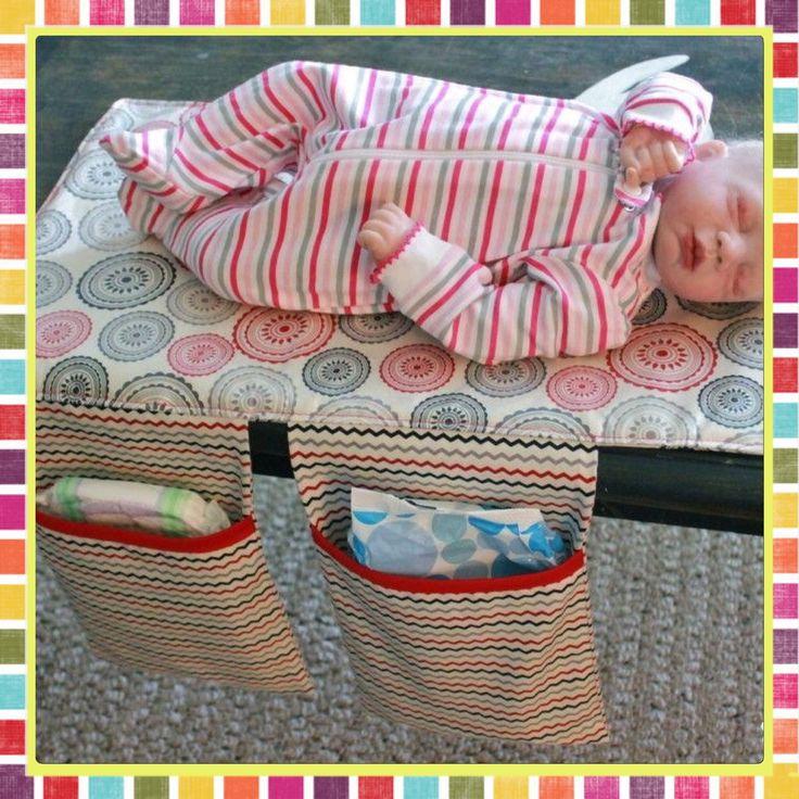 Trocador de fraldas prático pois possui dois bolsos para guardar fraldas, lenço umedecido e etc. <br> <br>Tecido de algodão na estampa escolhida, manta acrílica e plástico.