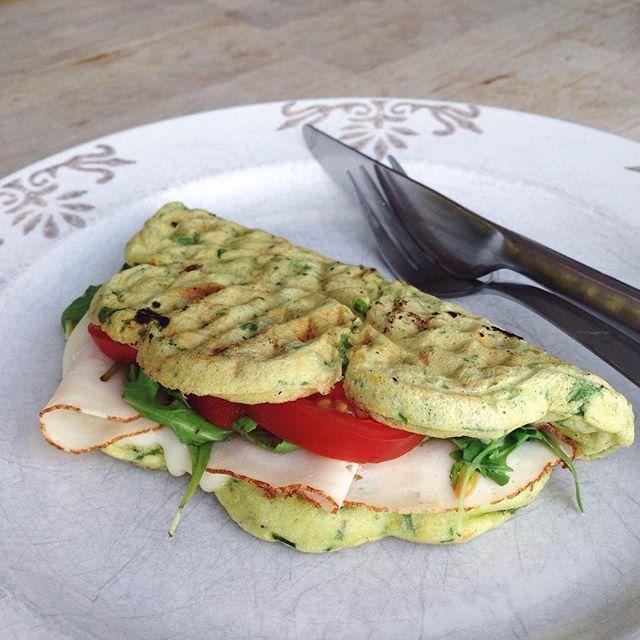 Frokost  ... stod altså på spinatvafler med kylling, ost, tomat og ruccola   God weekend!  #frokost #lunch vafler sundhed sund spinat våfflor varma mackor smältost tomat kyckling smörgås spenat
