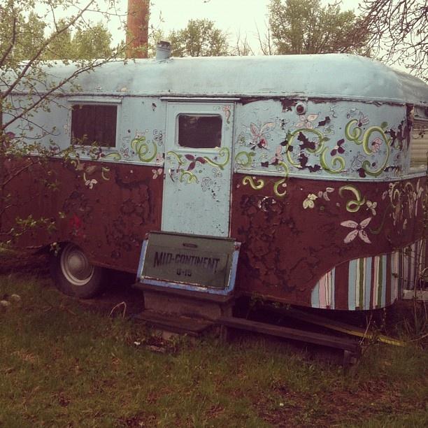 Our little gypsy camp trailer #vintage #trailer #gypsy #caravan #camping #calamitypasstrading #handpainted #flowers #vintagetrailer #1948 - @calamitypasstrading- #webstagram