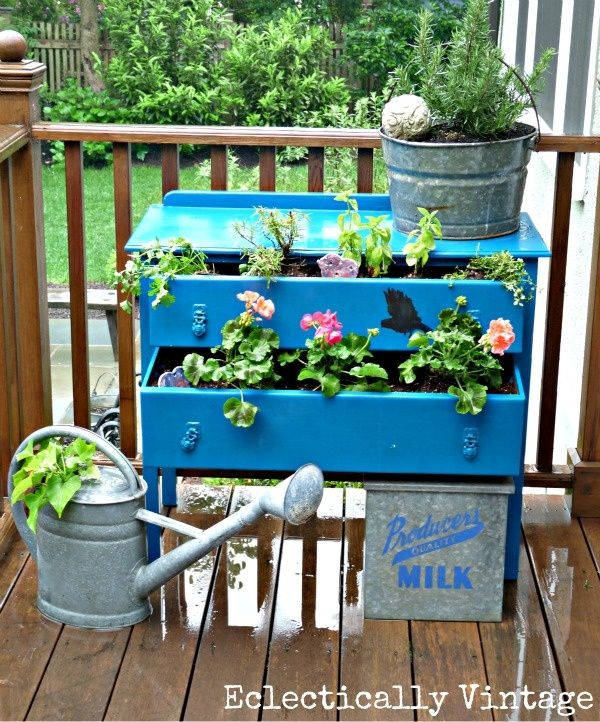 Dress up your plants in a dresser.Gardens Ideas, Dressers Planters, Gardens Magazines, Old Dressers, Herbs Gardens, Fleas Marketing, Drawers, Marketing Gardens, Gardens Junk