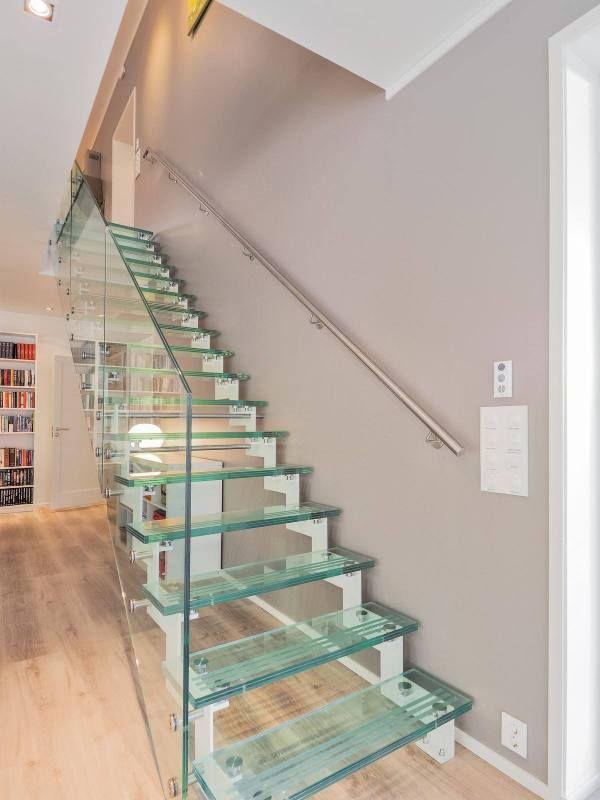 Glasstrapp med stålvanger | Glass stair with steel strig