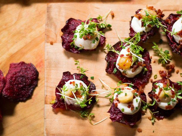 Rödbetschips med getostkräm, bacon och hasselnötter (kock Christian Hellberg)