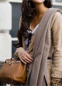 Τον τελευταίο καιρό νιώθουμε μεγαλύτερη την ανάγκη να ντυνόμαστε πιο θηλυκά, πιο γυναικεία, μετά από μία εποχή που είχαν κυριαρχήσει τα αυστηρά κουστούμια και το πιο ανδρόγυνο στυλ, που δεν ταιριάζει εύκολα σε όλες τις γυναίκες.   Στενές φούστες, φορέματα και γόβες, τσάντες στυλ Chanel , χρώματα σε αποχρώσεις του ροζ, φιόγκοι είναι τα στοιχεία που έχει ανάγκη η κάθε γυναίκα για να νιώθει πιο θηλυκή και πιο όμορφη...