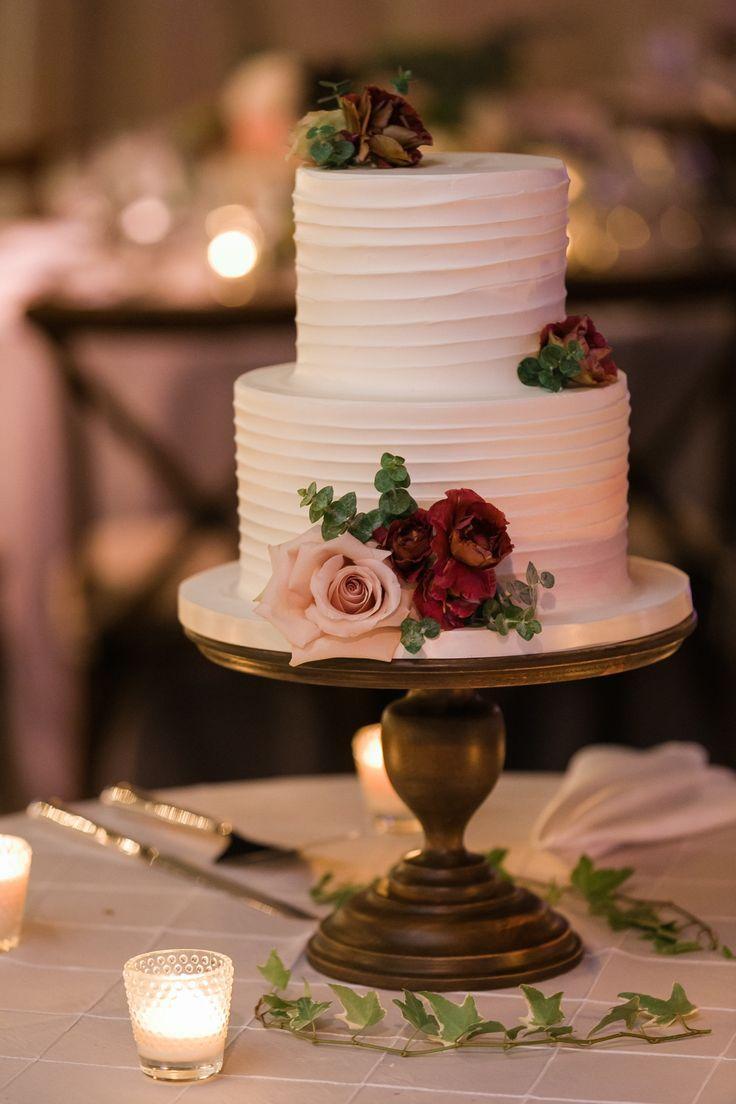 einfache weiße Hochzeitstorte mit floralen Akzenten #Hochzeit #Hochzeitsschuhe #Hochzeitstag …   – Romantic Winery Wedding Inspiration