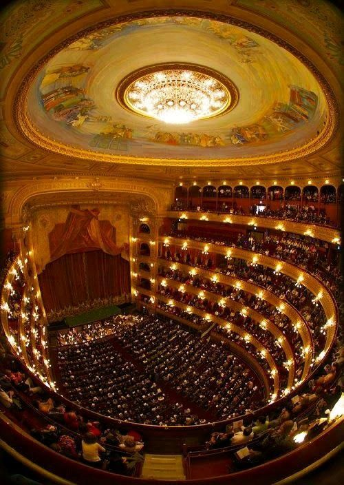 Este es el Teatro Colón . Es muy bonito y la gente viene aquí para ver a los cantantes de ópera .