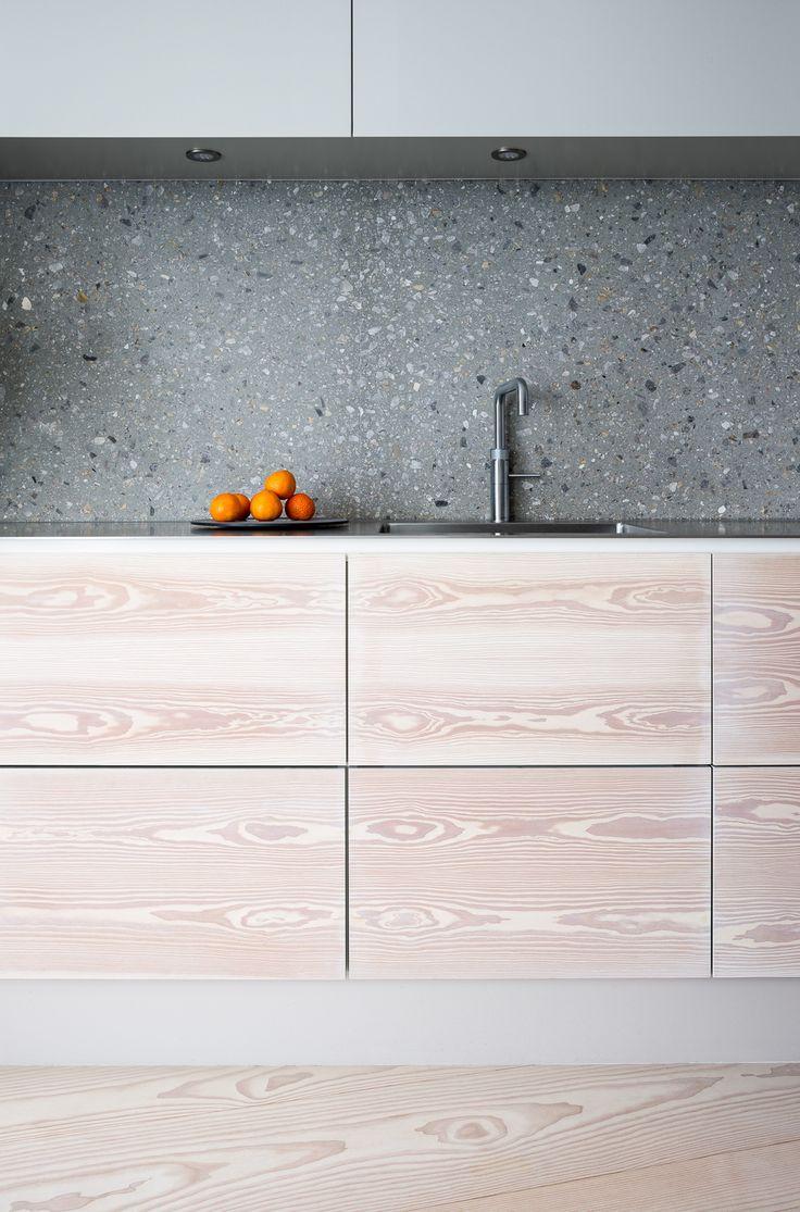 Back splash de Granito gris con blanco y negro. Buena combinación con la madera natural y las naranjas.