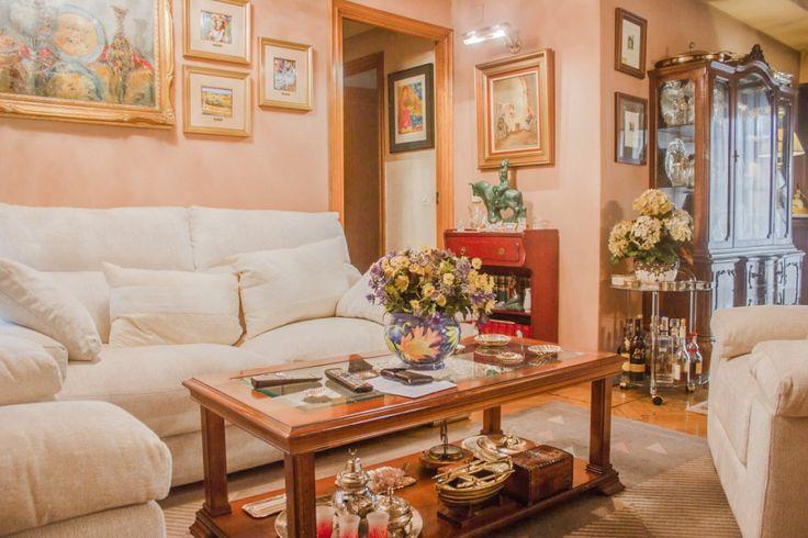 Excelente vivienda situada en el Barrio de Gaztambide (Chamberí). Piso exterior situado en primera planta, con 125 m2 útiles, distribuidos en un hall de entrada, amplio salón, cuatro dormitorios, d…