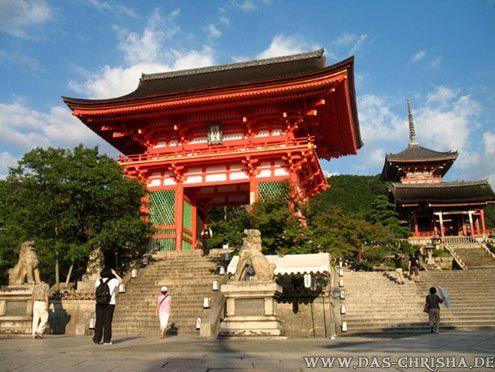 """Der """"Kiyomizu""""-Tempel. Das tolle an diesem Tempel ist eine große Terrasse, von der aus man einen wunderbaren Ausblick auf Kyoto hat. Kyoto, Japan"""