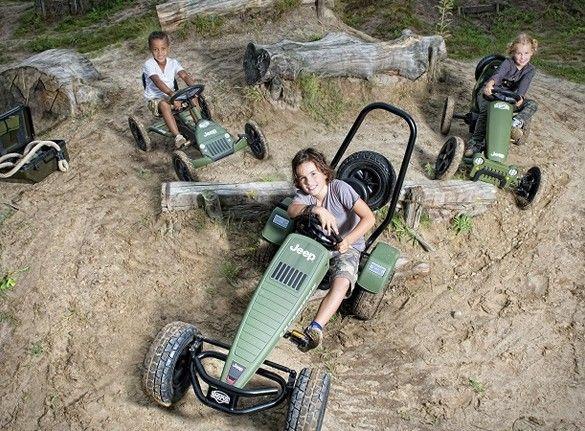 Agora você pode deixar suas emoções correrem soltas no impressionante off-road Jeep Pedal Go Kart (Características de design do Jeep real), um passeio leve e compacto que oferece um serviço completo de aventura. O Jeep de médio porte