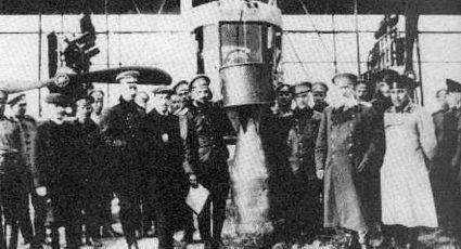 Илья Муромец (ИМ-2) с двигателями Р-БВЗ. В центре - 400-кг бомба. Игорь Сикорский - четвертый слева, М. В. Шидловский – второй справа
