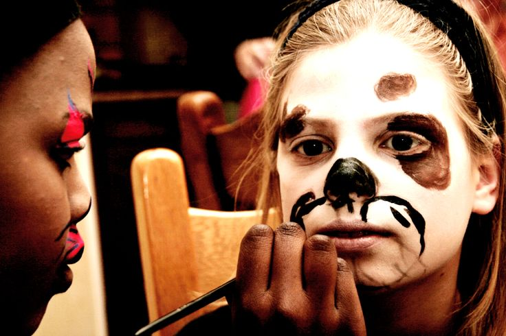 Two girls painting each others face. They will perform as clowns in a theatre play . #Photo Harmke Paulides