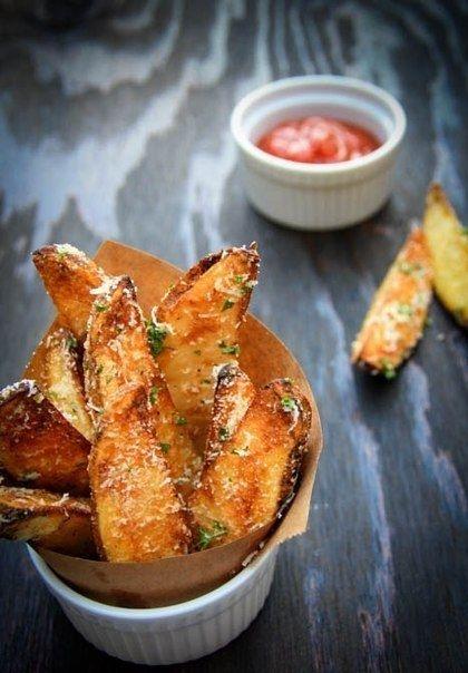 Фото к рецепту: Запеченные картофельные дольки.