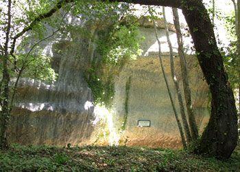 """Découvert sur la rive droite de la Vézère,à la base d'une falaise calcairede 45m de haut, l' abri de la MADELEINe,, aux EYZIES, est situé sur la commune de Tursac, au pied de l'un des nombreux méandres de la Vézère. Cet abri sous roche est exposé au S et devait donc être un véritable """"accumulateur"""" de chaleur durant les périodes les plus fraiches. Il s'étend sur une longueur de 250m. Hominidés, culture magdalénienne, Paléolothique supérieur."""