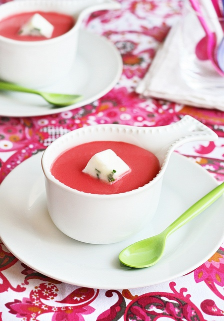 cold beetroot and orange soup with iced yogurt and chives -- website in spanish.