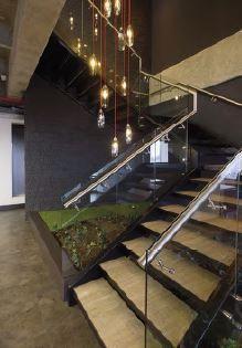 Solinoff basó el proyecto de interiorismo en los conceptos de elegancia y atemporalidad, como lo muestran la pared negra de las escaleras de enchape artesanal en piedra, los pisos Mannington