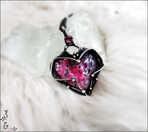 Náhrdelník+-+v+růžové+Náhrdelník+-v+růžové+je+vyroben+pomocí+cínu+(+cín+neobsahuje+olovo)+a+drátku.+Na+šperk+je+použit+ručně+malovaný+kabošon+ve+tvaru+srdce+a+skleněný+šatonový+korálek.+Přívěsek+je+patinován+a+následně+očištěn+specielním+olejem.+Velikost+šperku+je+6x4cm.+Je+zavěšen+na+řetízkus+bižuterním+zapínáním.+Šperk+je+zabalen+do+dárkové...