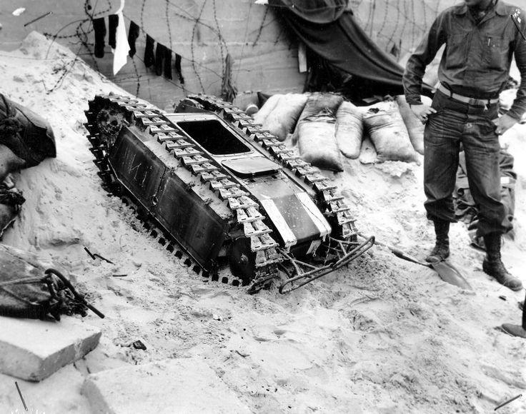 https://flic.kr/p/dGNDrp | Sd.Kfz. 302 leichte Ladungsträger « Goliath » (E-Motor) | Le 11 juin 1944, des hommes du 2nd US Naval Beach Battalion immortalisent leur rencontre avec les étranges Goliath allemands dans le secteur de « Utach Beach ».  Les engins et leurs abris seront déréglés ou endommagés par les bombardements aériens qui ont précédés le débarquement du 6 juin. Ils n'ont donc pas pu jouer le rôle qui leur était attribué.  Conseil Régional de Basse-Normandie / National Archives…