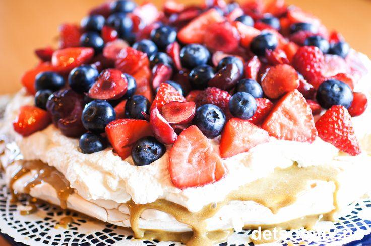Marengskake med kaffekrem og bær