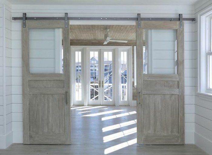 une maison champêtre, intérieur en bois , porte coulissante double