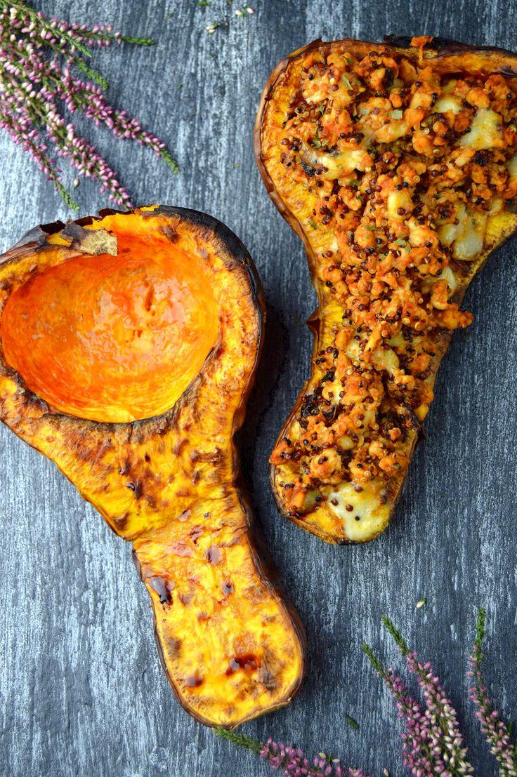 Dzisiaj mój ostatni jesienny przepis w tym roku – pyszna pieczona dynia piżmowa faszerowana mielonym kurczakiem, komosą ryżową z suszonymi pomidorami i mozzarellą. Dzięki temu przepisowi zako…