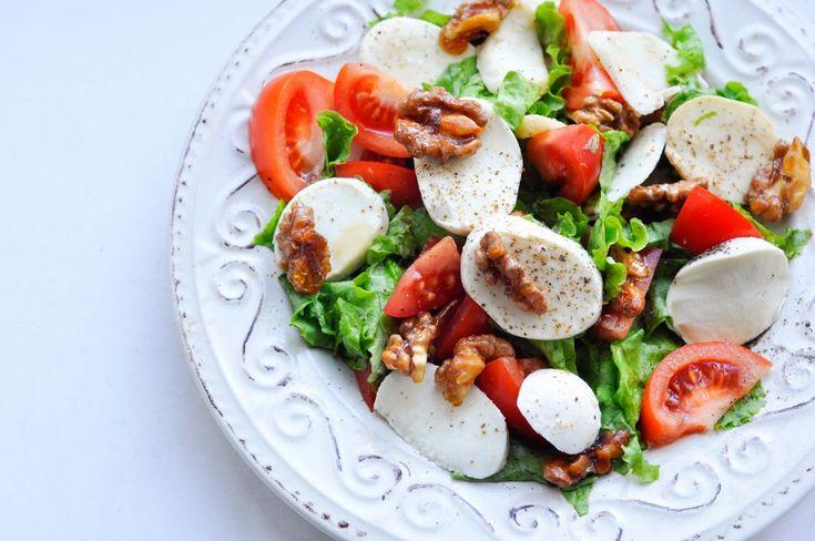 Салат капрезе с моцареллой и глазированными орехами