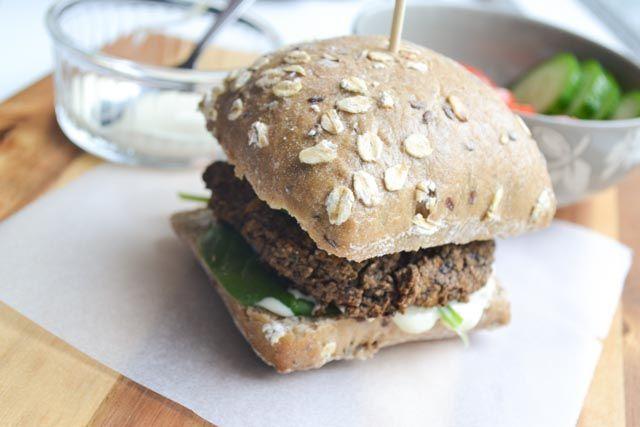 Een lekkere en gezonde zelfgemaakte vegetarische hamburger met verstopte groente! Deze burger van zwarte bonen maak je in een handomdraai!
