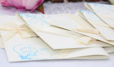 Lass feinstes Papier am Tag der Taufe durch die Hände gleiten. Wie mache es möglich. http://www.hochzeit-extrablatt.de/kirchenhefte.html