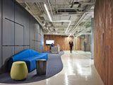 Una firma líder en gestión de riesgos ha completado la reforma de un gran espacio para nuevas oficinas, en cuyo diseño se incluyó un brillante piso sin juntas, con #microcemento acabado con resina #epoxi.